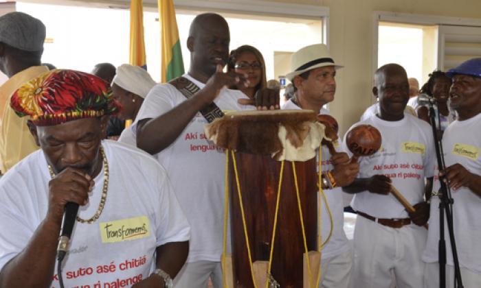Tambores y cantos de lumbalú en honor de Gabo
