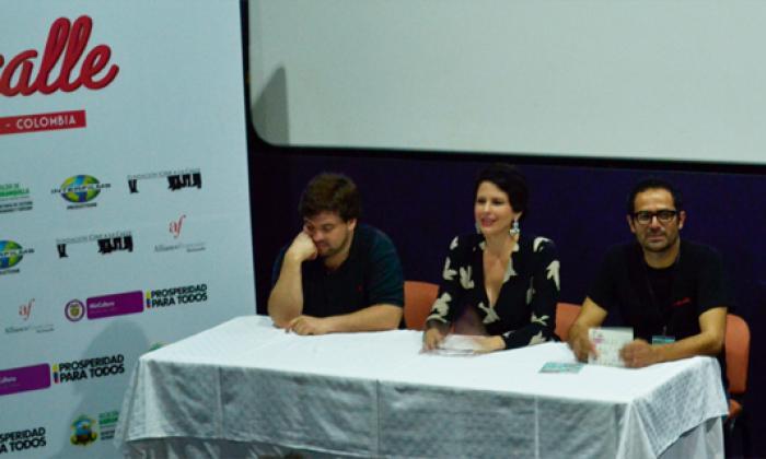 Ana Milena Londoño, directora de la Fundación Ernesto McCausland, entre Eduardo Ortega y Harold Ospina, en el tributo a McCausland en la Cinemateca Country.