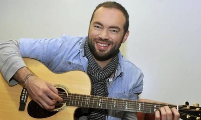 Santiago Cruz le canta a sus seguidores