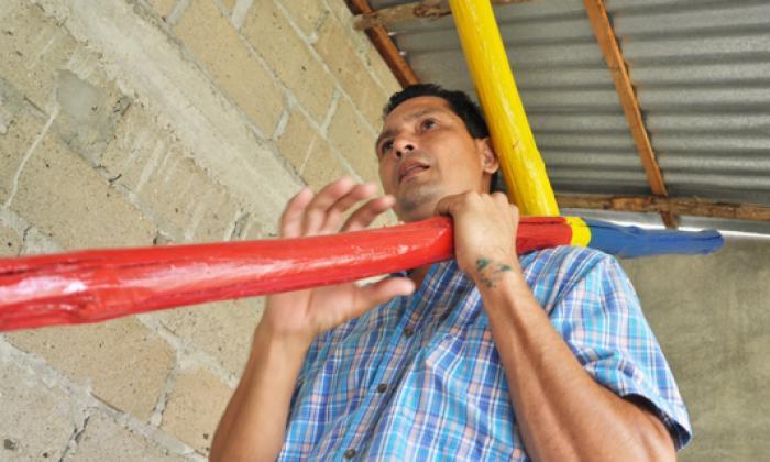 Josué Pantoja muestra la cruz que carga desde hoy.