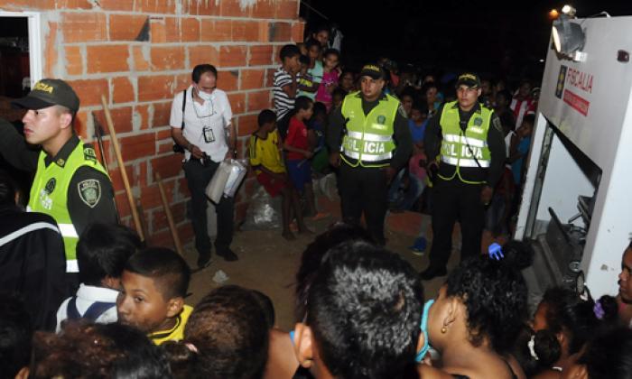 Barrio La Pradera anoche tras el levantamiento del cuerpo.