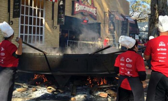 Cocinan en Uruguay guiso de lentejas de 2.365 kilos, el más grande del mundo