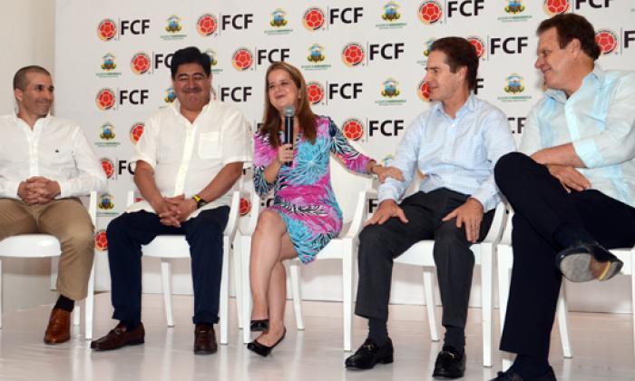 Momento en que la alcaldesa y Luis Bedoya socializan el nuevo proyecto. Los observan Roberto Moreno de Amarilo; Ramón Jesurún, presidente de la Dimayor y Camilo Abello de Cementos Argos.
