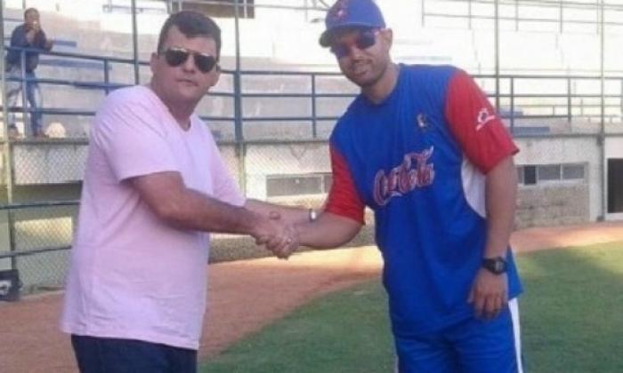 El alcalde de Lorica, Francisco Jattin (i) y el mánager de Caimanes, 'Pipe ' Urueta.