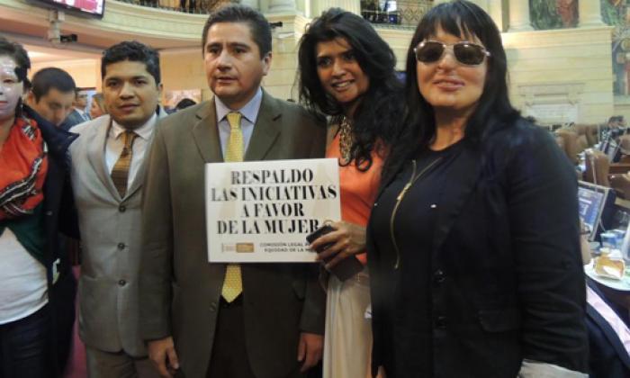 Natalia Ponce (izq.) acompañada por el representante Guevara y otras víctimas que hicieron presencia en el último debate del proyecto.