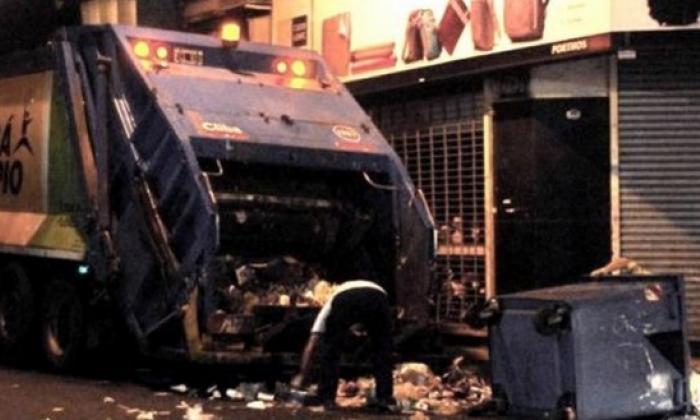 Indigente sobrevive a camión de compactación de basura en EEUU