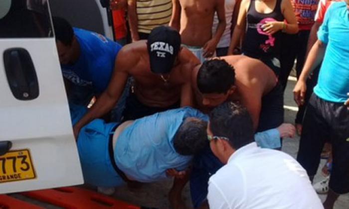 Rescatan a mujer que cayó al mar desde el muelle de Puerto Colombia