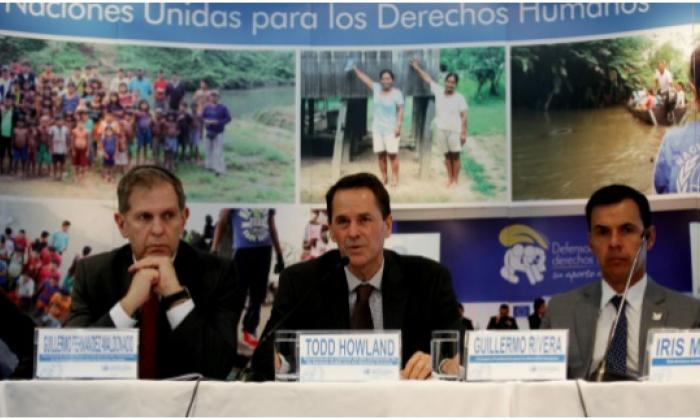 El representante en Colombia del Alto Comisionado de las Naciones Unidas para los Derechos Humanos, Todd Howland (c), acompañado por el representante adjunto Guillermo Fernández Maldonado (i) y el consejero Presidencial para los Derechos Humanos en Colombia Guillermo Rivera (d) habla hoy  durante la presentación del Informe Anual de Derechos Humanos sobre la situación de Colombia en 2015 en Bogotá.