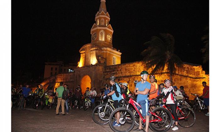 Decenas de ciclistas se concentraron en la Torre del Reloj para protestar por las sanciones a tres de ellos.