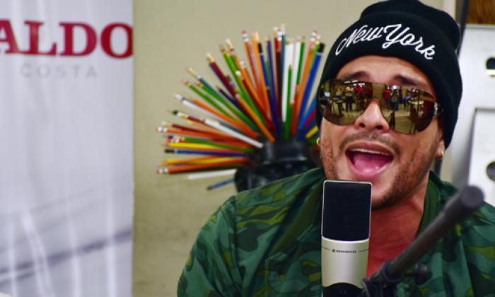 El artista urbano Twister durante la trasmisión de 'SesionesEH', ayer en la redacción de EL HERALDO.