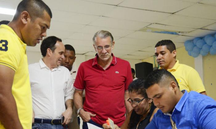 Gobernador visitando comicios de Puerto Colombia.