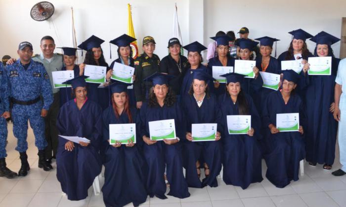 Reclusas de la cárcel Rodrigo de bastidas reciben grado en panadería y pastelería.