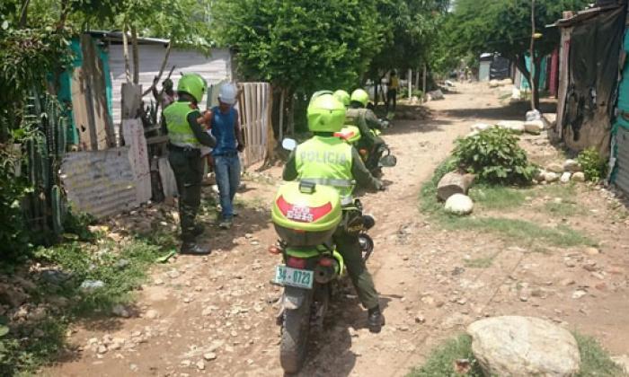 Dos policías en moto recorren una calle destapada en el sur de Valledupar.