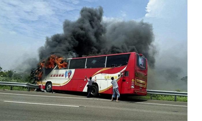 Autobús en llamas cerca del aeropuerto Internacional de Taoyuan, a las afueras de Taipei, Taiwán.