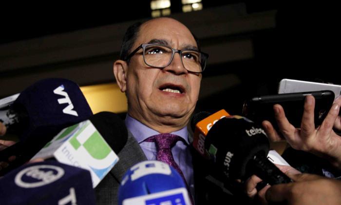 l viceministro para Relaciones Económicas e Integración de la Cancillería paraguaya, Rigoberto Gauto, ofrece declaraciones a periodistas.