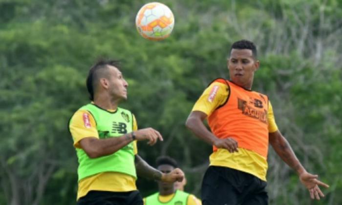 James Sánchez disputa una pelota áerea con Juan Guillermo Domínguez.