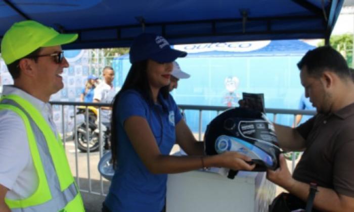 Secretaría de Movilidad entrega cascos a 500 motociclistas