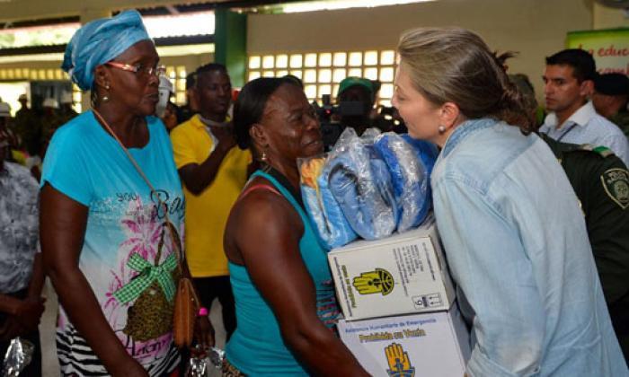 La primera dama María Clemencia Rodríguez entregando ayudas a damnificados del Chocó.
