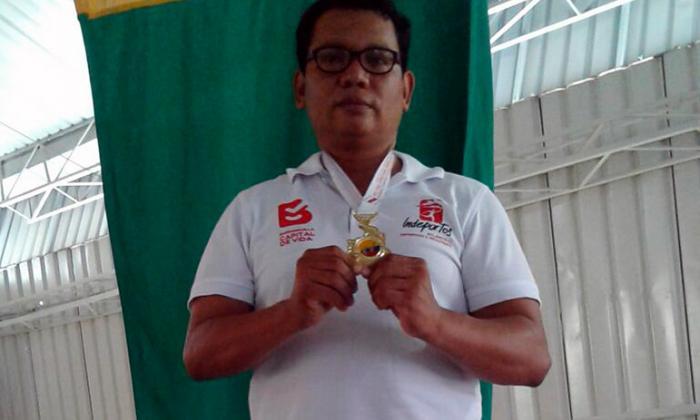 Francisco Ruiz con la presea de oro que ganó en judo.
