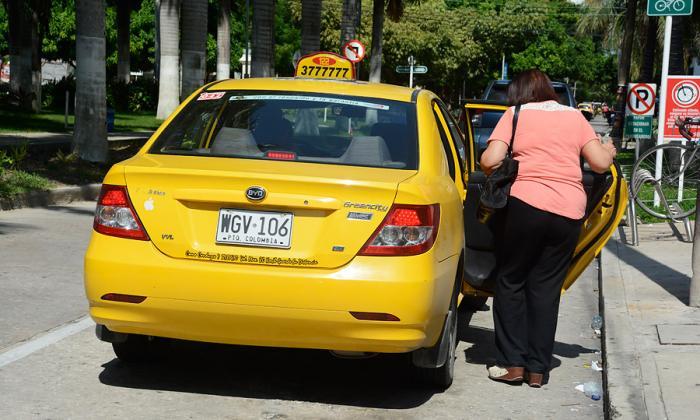 Comienza el 'tira y afloje' decembrino en tarifas de taxis