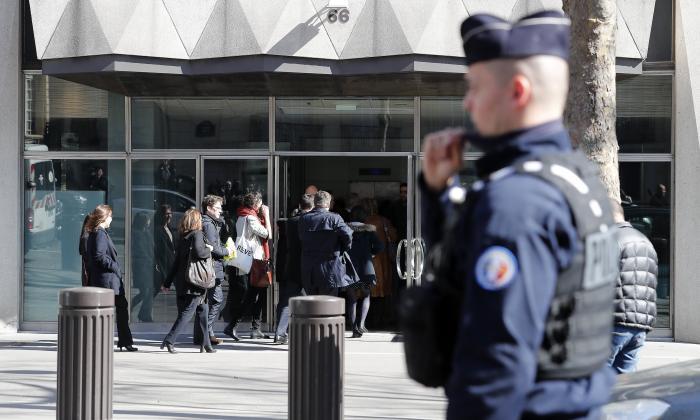 Agentes de policía montan guardia en los alrededores de la sede del Fondo Monetario Internacional (FMI) en París.