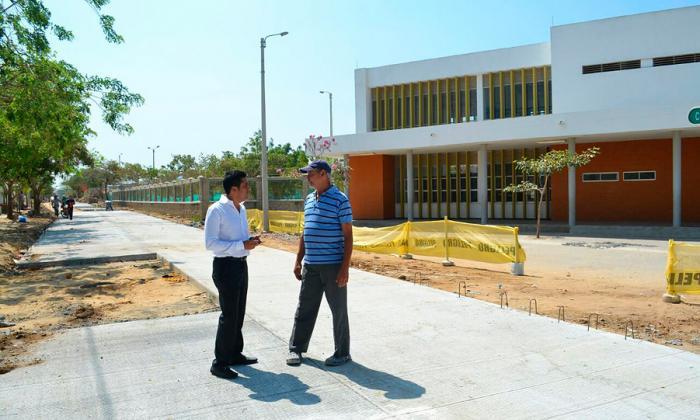 Carlos Silvera dialoga con un habitante de Mundo Feliz.
