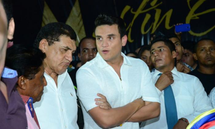 Poncho Zuleta viendo el féretro de Martín Elías con Silvestre Dangond y Silvio Brito.