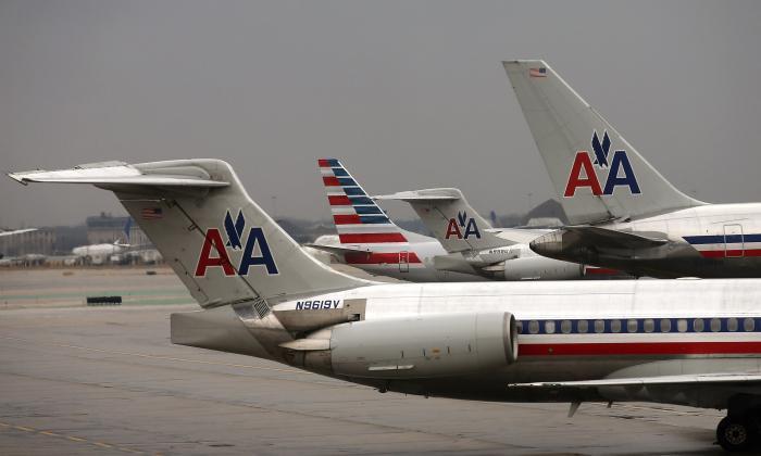 Aviones de American Airlines ubicados en una terminal aérea.