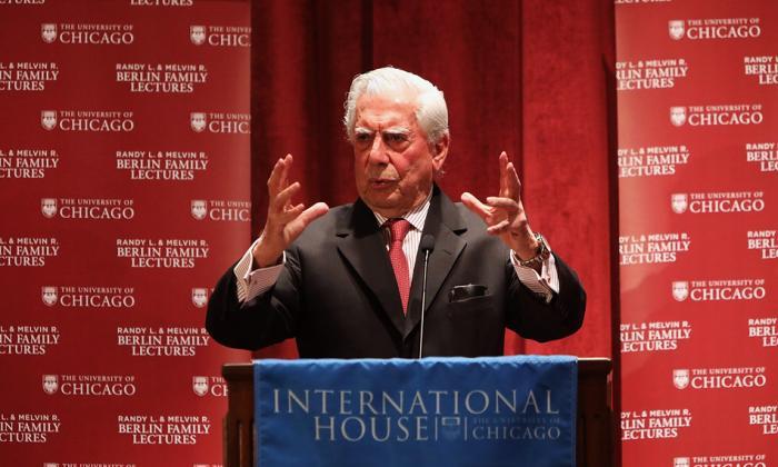 Mario Vargas Llosa en su conferencia en la Universidad de Chicago.