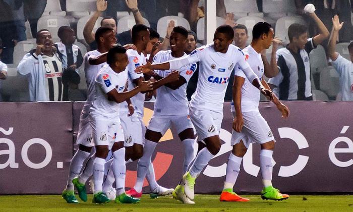 Jonathan Copete y Vladimir Hernández en medio de la celebración del gol que significó el 2-0 para Santos.