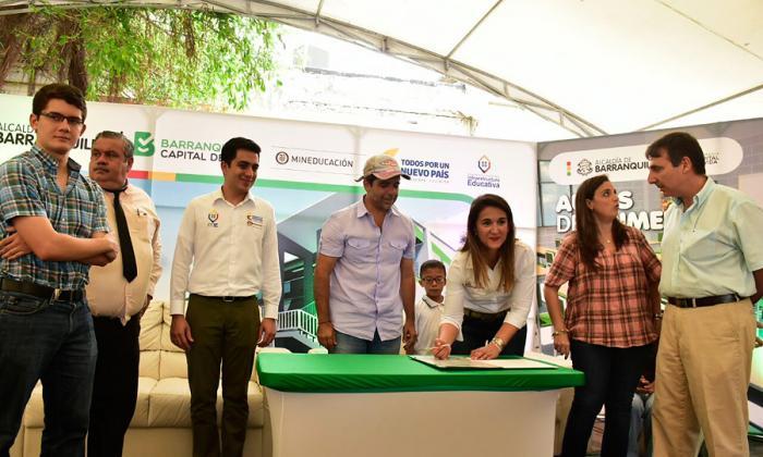 La ministra de Educación, Yaneth Giha, junto al alcalde de Barranquilla, Alejandro Char, y los demás asistentes al evento.