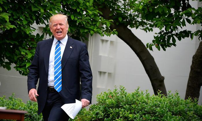 El presidente Donald Trump llega al jardín de la Casa Blanca para reunirse con líderes de bancos de Estados Unidos.