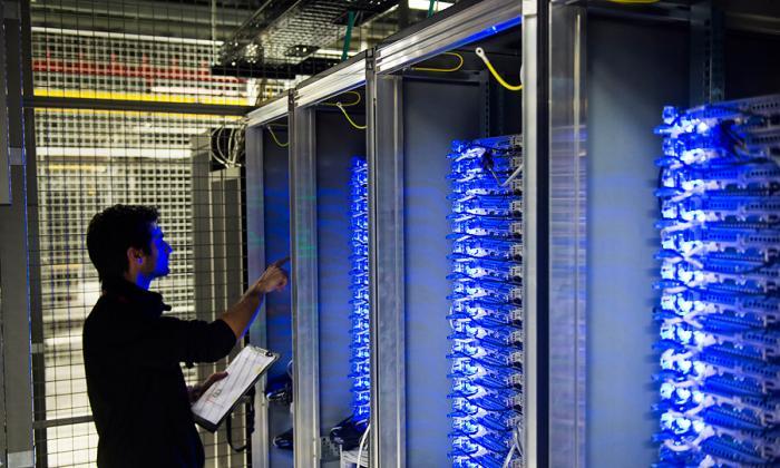 Imagen de archivo que muestra a un empleado del centro de datos de Equinix, Francia, chequeando los servidores.