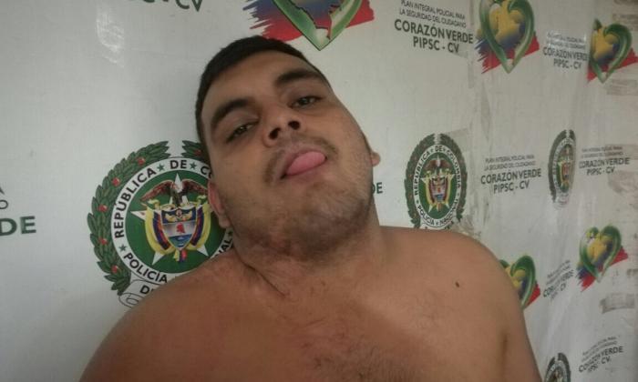 Policía lo captura por hurto y saca la lengua para la foto