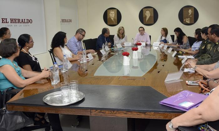Rosario Borrero, jefe de redacción de EL Heraldo con los participantes en la tertulia.