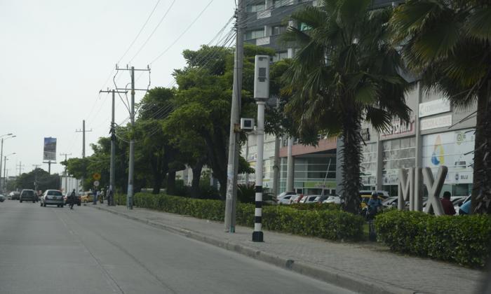 Dispositivo de fotomulta ubicado en la Vía 40 con calle 76, en Barranquilla.