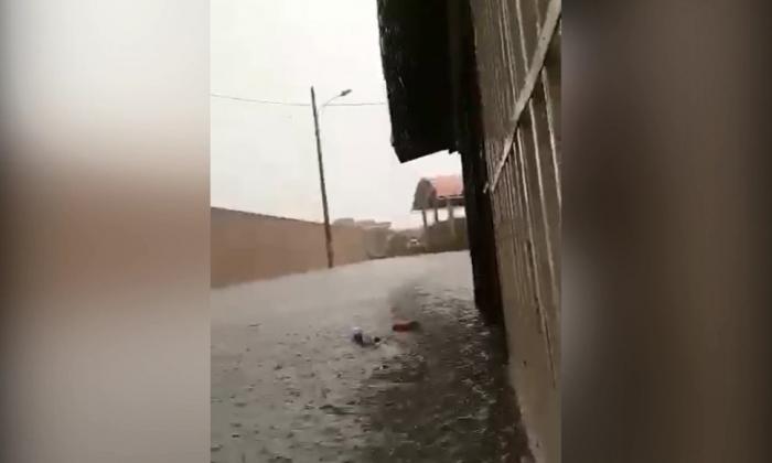 En video | Arroyo inunda casas en el barrio Universal