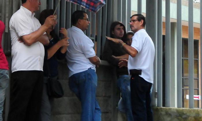 Familiares de las víctimas se conglomeran a las afueras de las instalaciones de Medicina Legal.