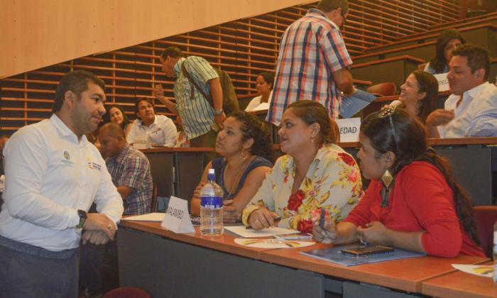 Luis Tapias, director regional del DPS, dialoga con unas mujeres durante una actividad.