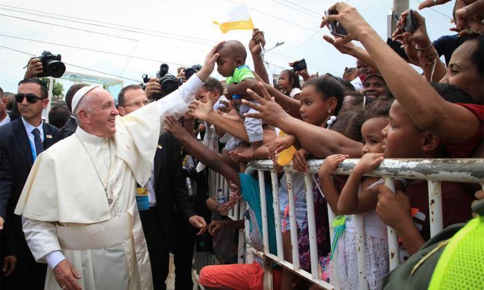 """""""Los padres alzando a sus hijos para la bendición"""", lo que más le gustó al Papa en Colombia"""