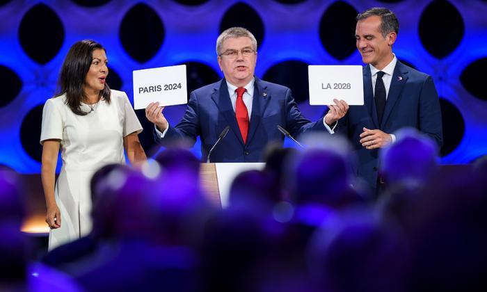 El presidente del COI, el alemán Thomas Bach ratificando los Olímpicos París 2024 y Los Ángeles 2028.