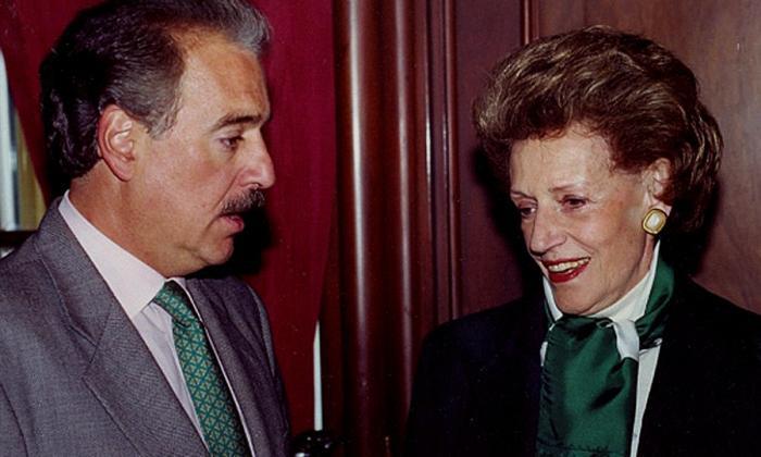 Andrés Pastrana Arango junto a su madre.