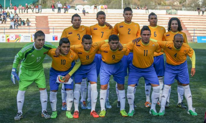 Luis Díaz formado junto a la Selección Indígena.