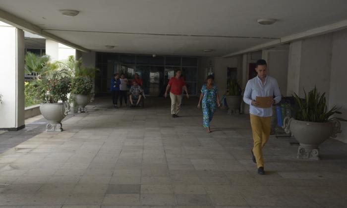 Pacientes caminan por el pasillo de acceso al Hospital Cari de alta complejidad.