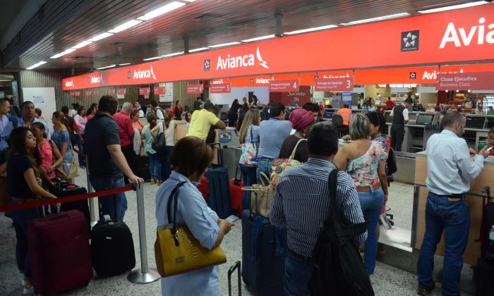 Un grupo de pasajeros espera ser atendido por Avianca en el Ernesto Cortissoz.