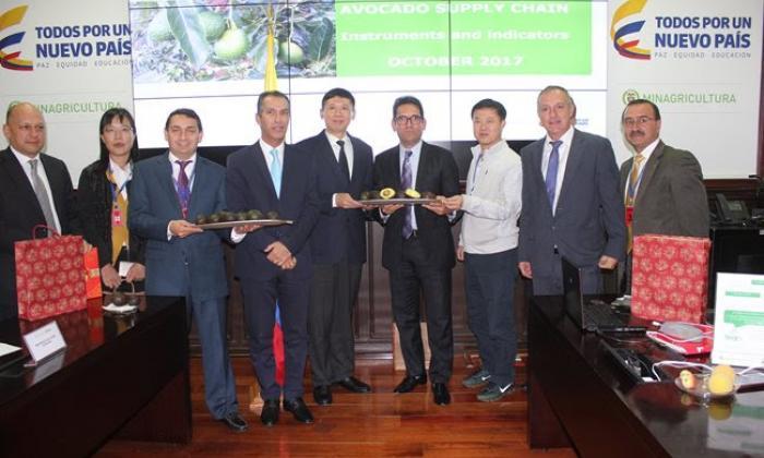 El ministro de Agricultura, Juan Guillermo Zuluaga y el gerente general del ICA con la delegación de expertos de China.