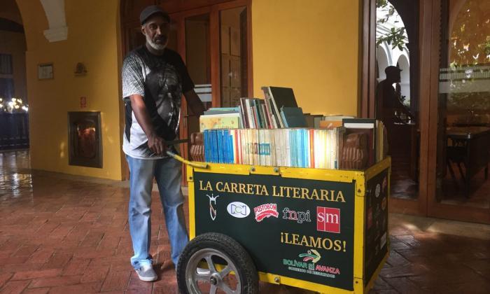 Le roban los libros a La Carreta Literaria en Cartagena