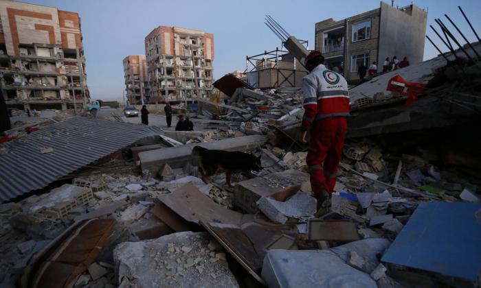 Suben a 400 los muertos por violento sismo en Irán