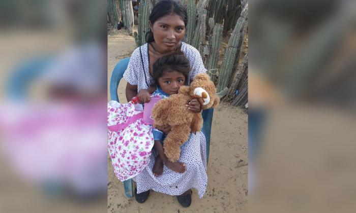 La pequeña Geraldin Díaz Barliza junto a su mamá.