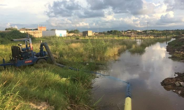 Autoridades realizan drenaje en barrios de Riohacha inundados por el río Ranchería